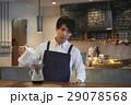 カフェで働く男性 スタッフ 29078568