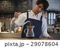 カフェで働く男性 スタッフ 29078604