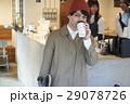 カフェ テイクアウトする男性 29078726