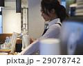 カフェで働く女性 スタッフ 29078742