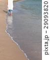 波打ち際を歩く女性 29093820
