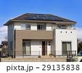 屋根に設置されたソーラーパネル  29135838