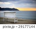 夕陽とビーチとベンチ 29177144