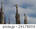 ミラノ大聖堂の主尖塔とイタリア国旗 29178059