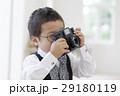 カメラで写真を撮る男の子 29180119