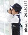 カメラで写真を撮る男の子 29180122
