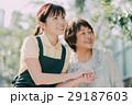 若い介護士とシニア女性 29187603