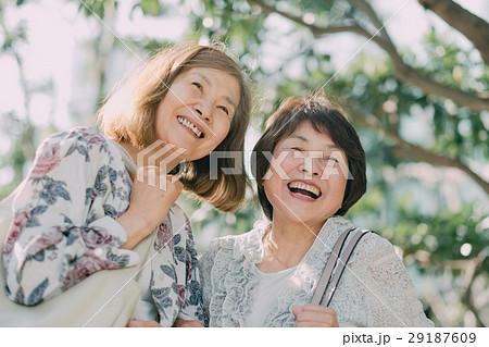 楽しそうなシニア女性 2人 屋外 29187609