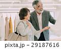 買い物を楽しむシニア夫婦 29187616