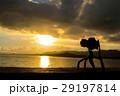 夕日を撮影する一眼レフカメラ 石垣島の日没サンセット海岸 29197814