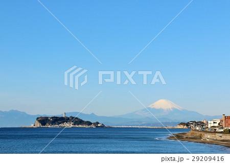 神奈川県 稲村ヶ崎からの青空と富士山風景 29209416