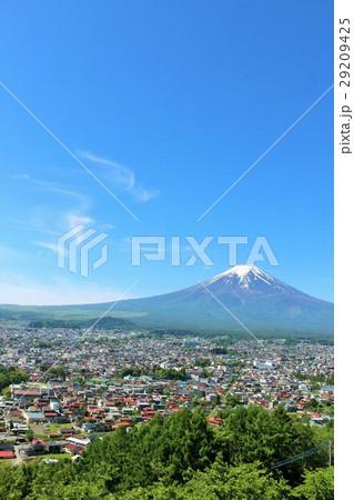 富士吉田市からの青空の富士山 29209425