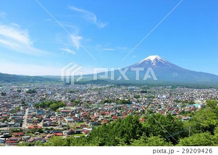 富士吉田市からの青空の富士山 29209426
