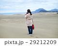 鳥取砂丘 旅を楽しむ女性 カメラ 撮影 29212209