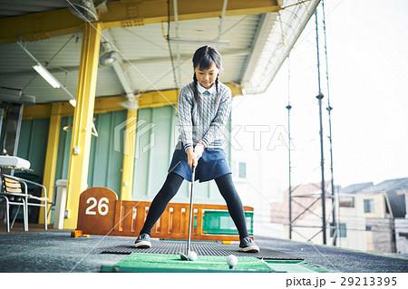 ゴルフを練習する女の子 29213395