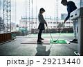 ゴルフを練習する女の子 29213440