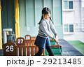 ゴルフを練習する女の子 29213485