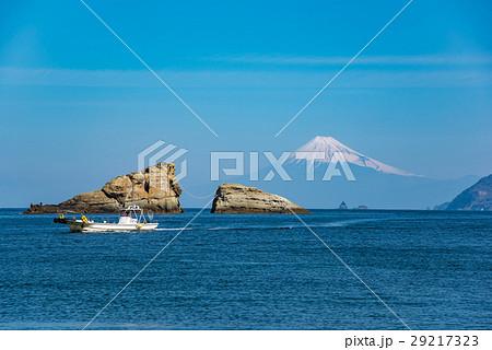 伊豆 雲見の夫婦岩と富士山 白い船 29217323