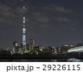 白色のライティングが灯る東京スカイツリーと荒川に架かる木根川橋の夜景 29226115