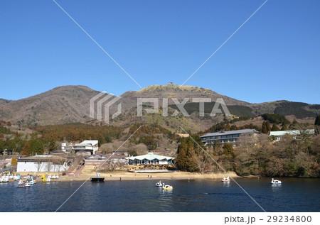 芦ノ湖上からみた元箱根と箱根駒ケ岳 29234800