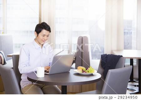 オフィスカジュアルのビジネスマン 29234950