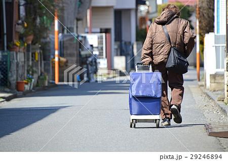 写真素材: ショッピングカートを曳くシニア
