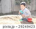 おもちゃで泥遊びする子ども 29249423