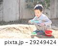 おもちゃで泥遊びする子ども 29249424