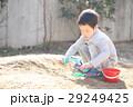 おもちゃで泥遊びする子ども 29249425