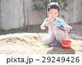 おもちゃで泥遊びする子ども 29249426