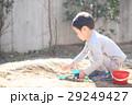 おもちゃで泥遊びする子ども 29249427