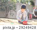 おもちゃで泥遊びする子ども 29249428