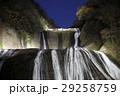 紅葉に彩られた袋田の滝(ライトアップ) 29258759