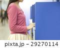 ATMを操作する女性 29270114