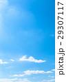 春の空 白い雲と青い空 背景素材 コピースペース 文字スペース イメージ 29307117