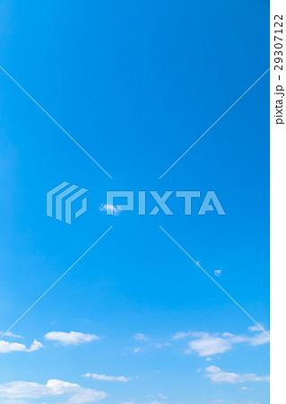 春の空 白い雲と青い空 背景素材 コピースペース 文字スペース イメージ 29307122