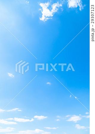 春の空 白い雲と青い空 背景素材 コピースペース 文字スペース イメージ 29307123