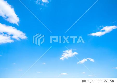 春の空 白い雲と青い空 背景素材 コピースペース 文字スペース イメージ 29307150