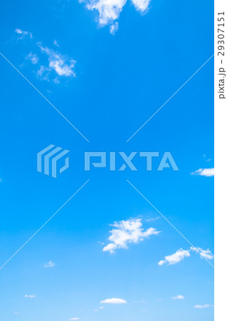 春の空 白い雲と青い空 背景素材 コピースペース 文字スペース イメージ 29307151