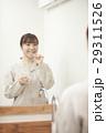 洗面台の前で歯磨きする女性 29311526
