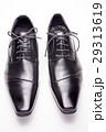 白バックの正面向きの黒い革靴 29313619