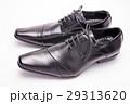 白バックの横向きの黒い革靴 29313620