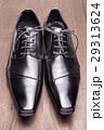 木のテーブルの上の正面向きの黒い革靴 29313624