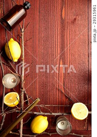 レモンとエッセンシャルオイルボトルとキャンドル 茶色木材背景の写真素材 [29315961] - PIXTA