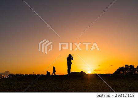 夕日に浮かぶ人のシルエット 29317118