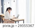 女性 カフェ ノートパソコンの写真 29355367