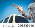 女性 車 スマートフォンの写真 29356440