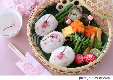 桜おにぎりのお花見弁当 29365980
