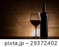 赤ワインとワインボトル 29372402