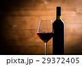 赤ワインとワインボトル 29372405
